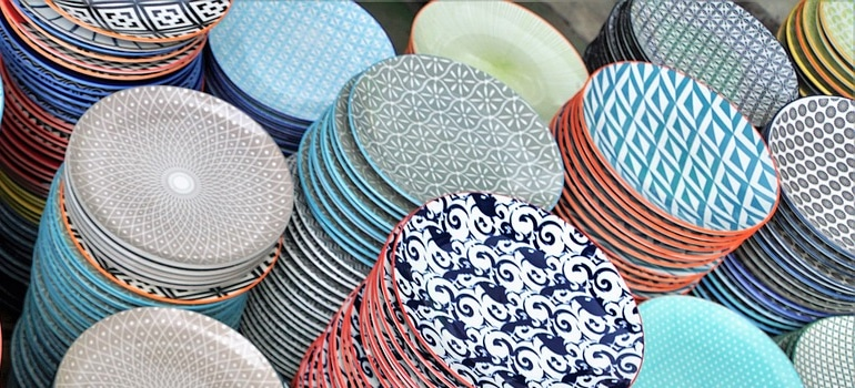 Image of china plates as a part of how to avoid damaging fragile items during relocation guide